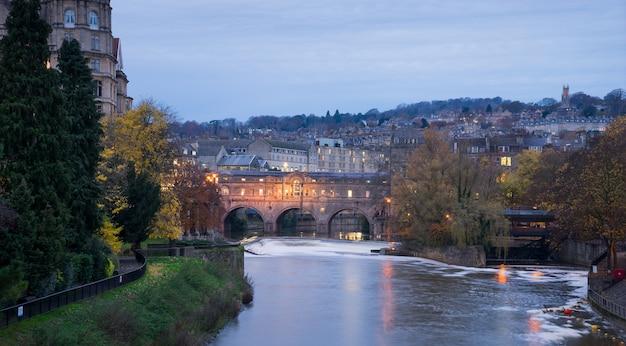 Pulteney bridge, rivier avon in bath spa stad, engeland