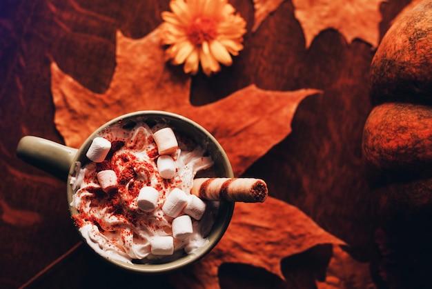 Pumpkin spice latte met melk, room en marshmallow