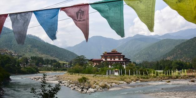Puna tsang chhu-rivier met klooster op de achtergrond, punakha dzong, punakha, punakha-vallei, puna