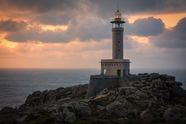Punta nariga-vuurtoren in galicië, spanje