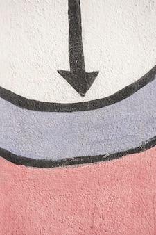 Puntige pijl en graffiti op de muur