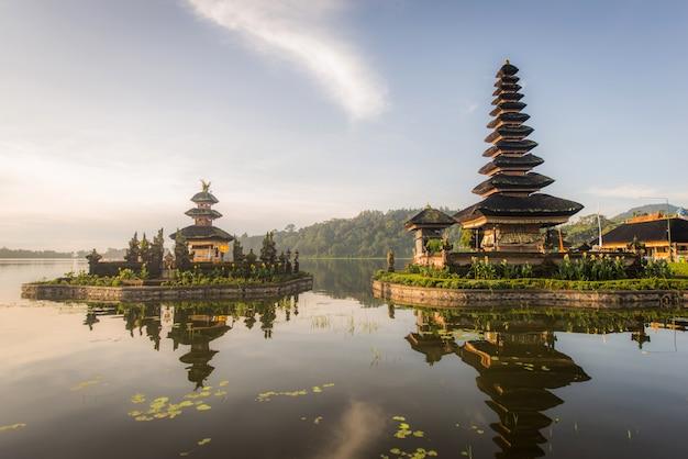 Pura ulun danu beratan-tempel bij zonsopgang in bali, indonesië