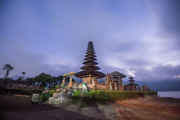 Pura ulun danu bratan vóór zonsopgang, hindoese tempel in bratan-meer bali, indonesië