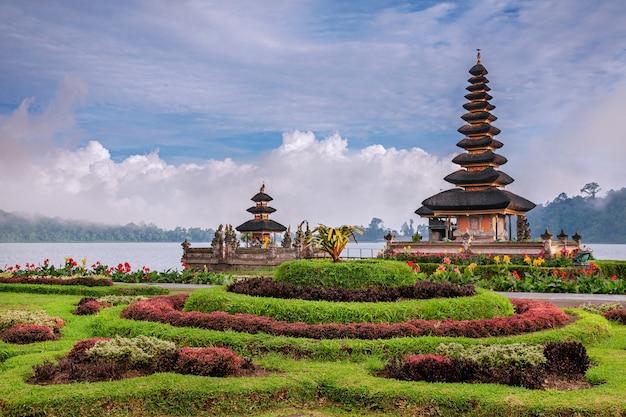Pura ulun danu tempel op een meer beratan, bali, indonesië