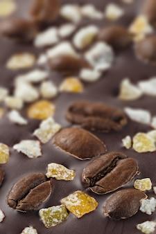 Pure chocolade met koffiebonen en fruit