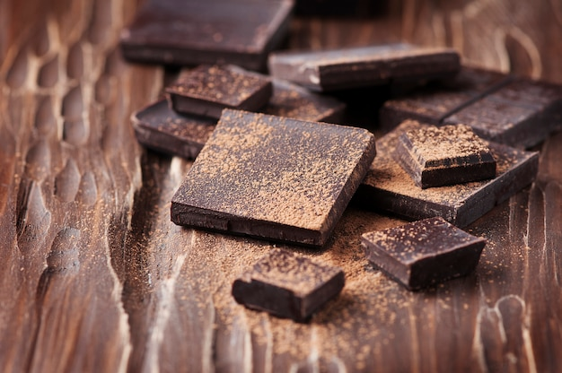 Pure chocolade op de houten tafel