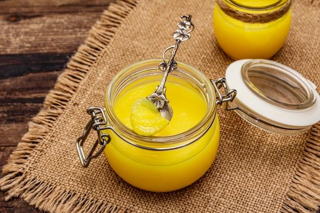 Pure of desi ghee, geklaarde gesmolten boter. gezonde vetten kogelvrij dieetconcept of paleostijlplan.