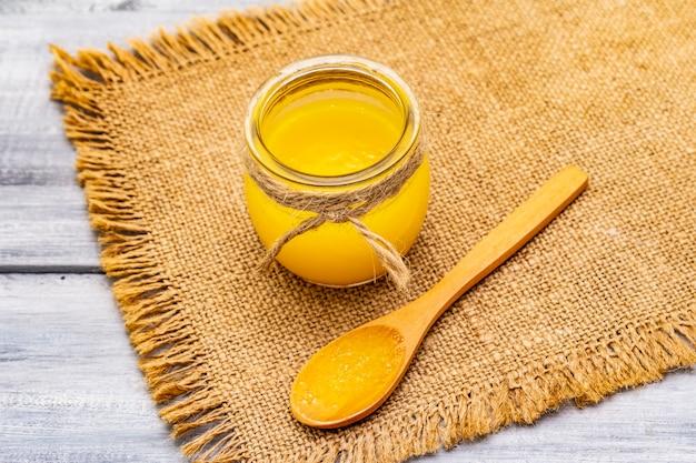Pure of desi ghee (ghi), geklaarde gesmolten boter