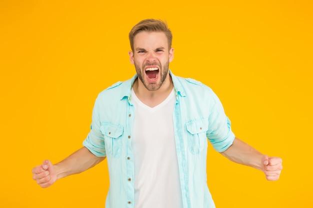 Pure woede negatieve menselijke emoties sexy jongen met trendy kapsel draag hemd knap