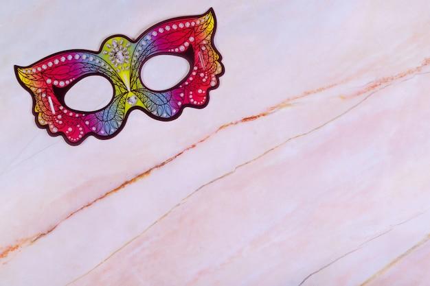 Purim achtergrond met masker op marmeren bord.