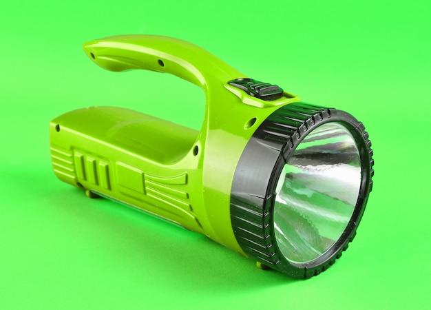 Purper flitslicht dat op groene achtergrond wordt geïsoleerd