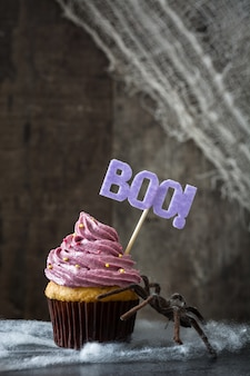 Purper halloween cupcake op zwarte achtergrond.