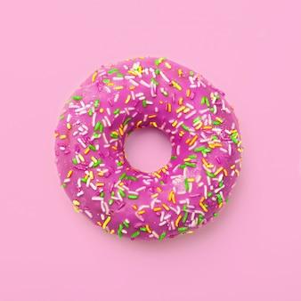 Purpere doughnut in glans op smakelijk smakelijk roze