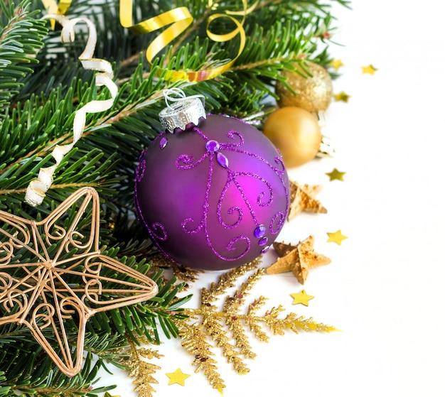 Purpere en gouden kerstmis siert grens dicht omhoog met exemplaarruimte