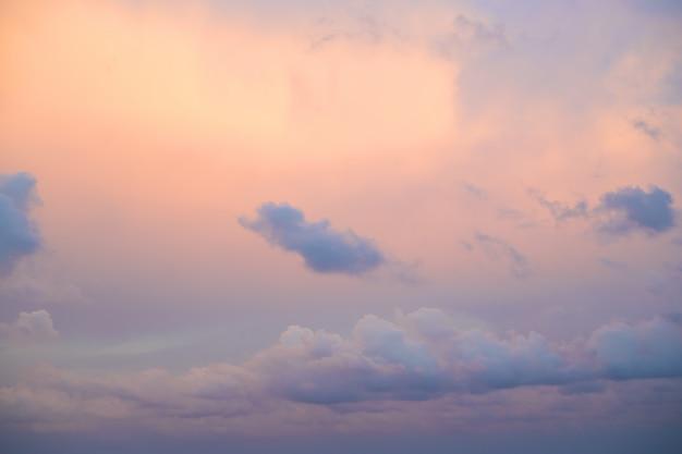 Purpere hemel bij zonsondergang op overzees in bulgarije-nessebar
