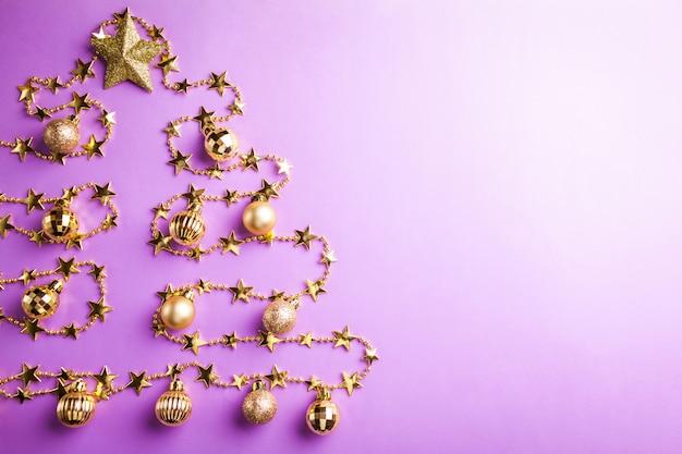 Purpere kerstmis en nieuwjaarachtergrond met kerstboom die van speelgoed wordt gemaakt. ruimte