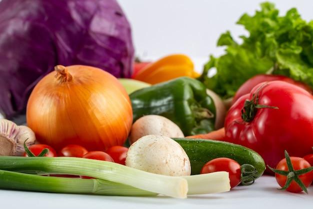 Purpere kool verse rijpe groenten op witte achtergrond