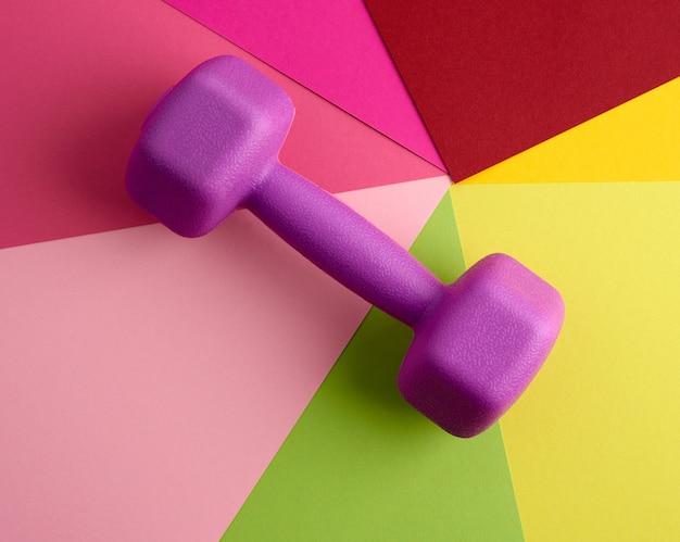 Purpere plastic domoor voor sporten op kleurenachtergrond