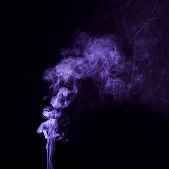 Purpere rook geweven uitgespreid op zwarte achtergrond