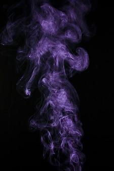 Purpere rookstoom die op zwarte achtergrond wordt geïsoleerd