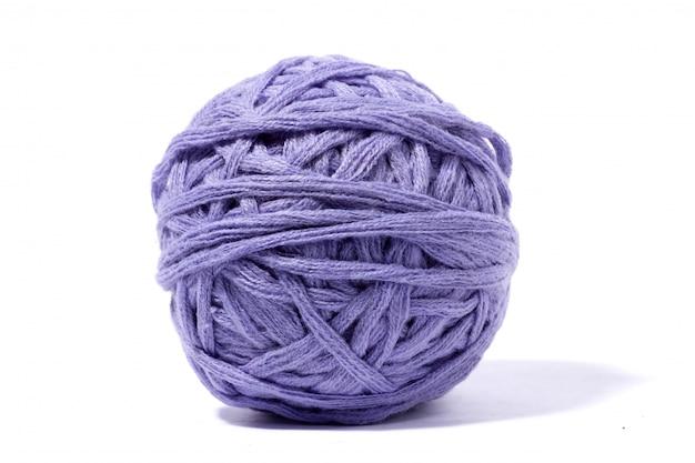 Purpere wollen bal van draad die op wit wordt geïsoleerd