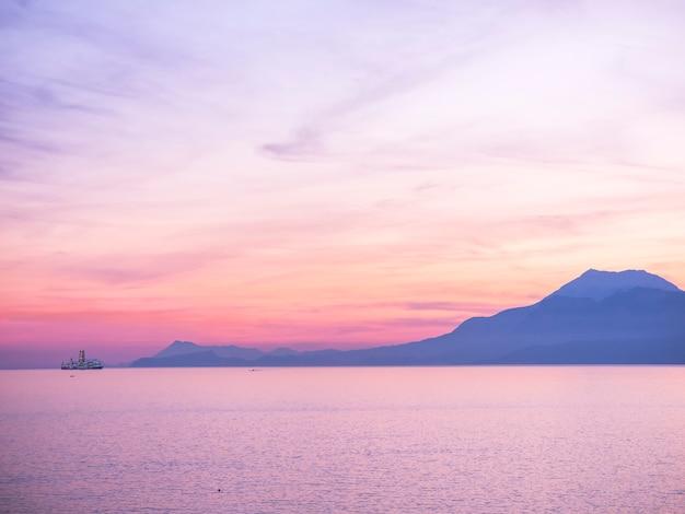 Purpere zonsonderganghemel over het blauwe overzees