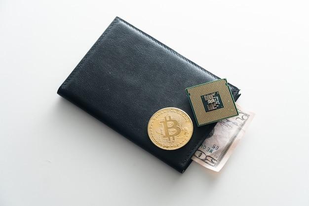 Pursen is een zwarte man met een leugenachtige chip, bitcoin. het concept van chippen voor de geldmensen