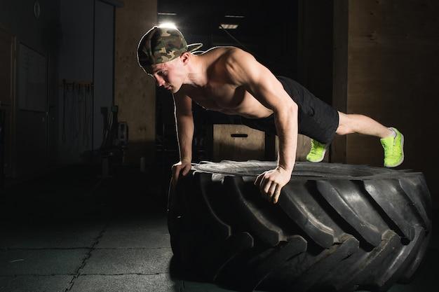 Push-up oefening op fitnesstraining voor banden
