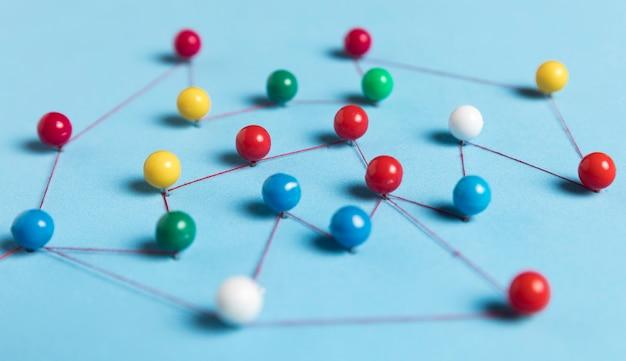 Pushpins met draad voor routekaart blauwe achtergrond Gratis Foto