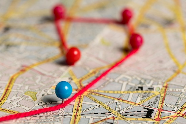 Pushpins met draad voor routekaart