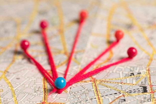 Pushpins met draad voor vintage route kaart