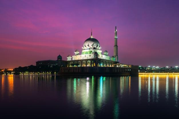 Putra-moskee in putrajaya, kuala lumpur, maleisië bij schemer