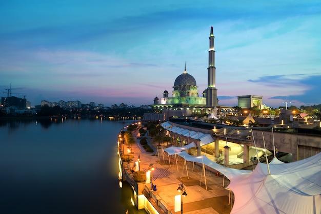 Putra-moskee tijdens zonsondergang in putrajaya-stad het nieuwe federale gebied van maleisië.
