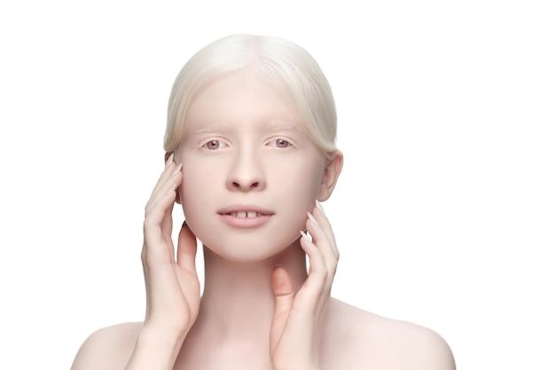 Puurheid. portret van mooie albino vrouw geïsoleerd op wit.