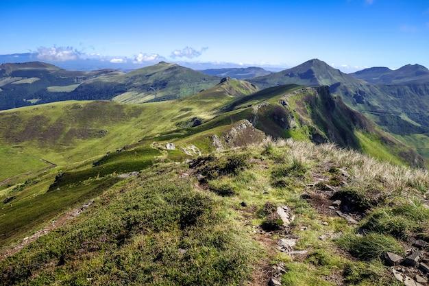 Puy mary en keten van vulkanen van de auvergne in cantal, frankrijk