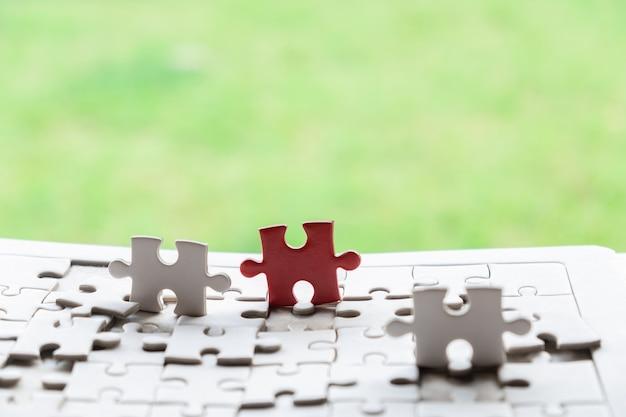 Puzzel die op houten bureau en aardachtergrond verbinden.