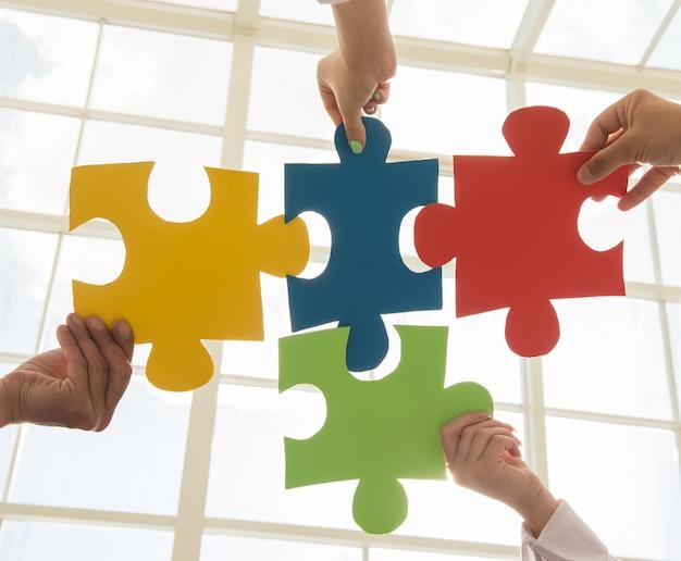 Puzzel en vertegenwoordig teamondersteuning en help-concept.