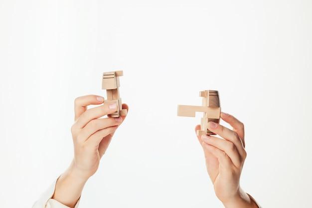 Puzzel in hand geïsoleerd op een witte muur