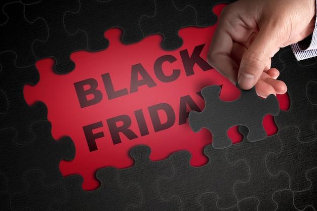Puzzel met black friday-tekst op een rode achtergrond