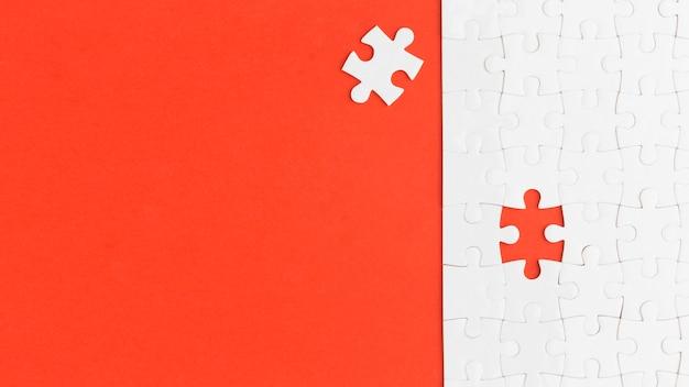 Puzzel met een stuk uit elkaar met kopie-ruimte