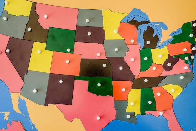 Puzzel met kaart van de staten van de verenigde staten van amerika in een montessori klaslokaal.