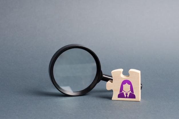 Puzzel met zakelijke vrouw symbool en vergrootglas. zoek naar een nieuwe medewerker