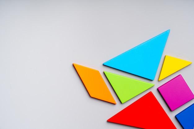 Puzzel speelgoed voor kid in creatief onderwijs concept in plat lag