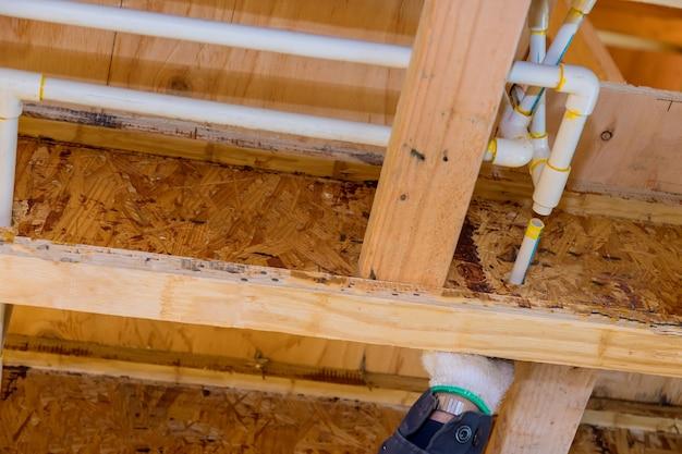 Pvc afvalwatersysteem ruw sanitair afvoerleiding en montage compleet in aanbouw nieuw huis