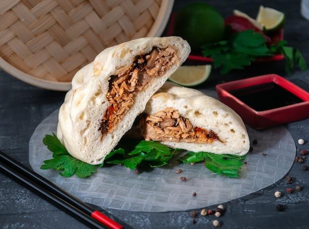 Pyance-broodje gestoomd. gekleed met varkensvlees, champignons en uien.