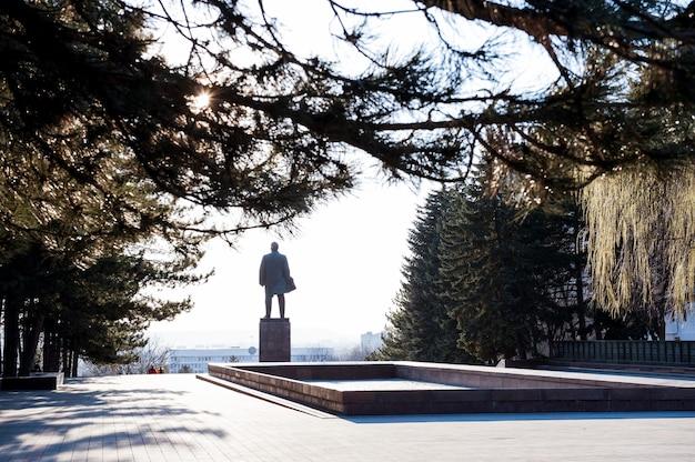 Pyatigorsk, rusland - 30 maart 2017: uitzicht vanaf een achterkant van een monument voor lenin naar het stadsbestuursgebouw.