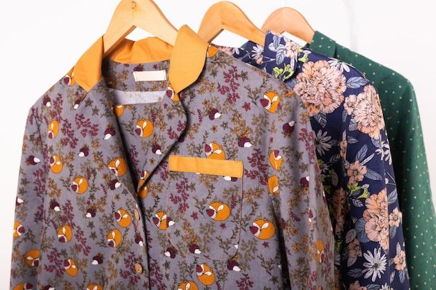 Pyjama's voor vrouwen op kleerhangers in de close-up van de klerenopslag