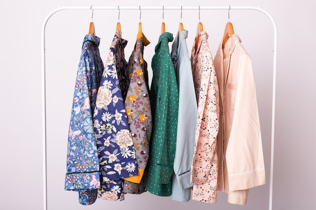 Pyjama's voor vrouwen op kleerhangers in kledingwinkel
