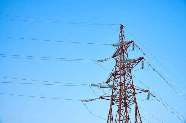 Pyloon en transmissiemachtslijn op blauwe hemel