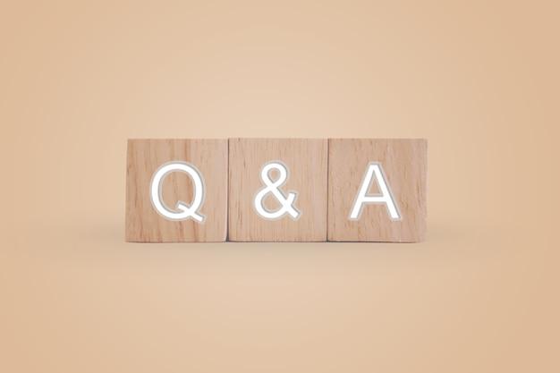 Q en a alfabet op houten kubus. vraag en antwoord betekenis concept.